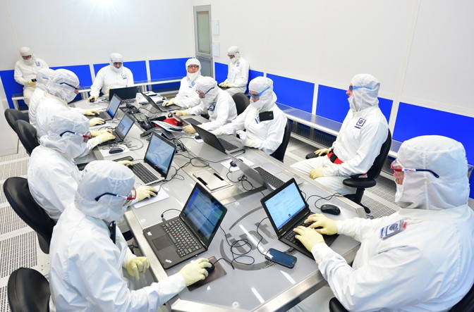 facts about intel - people working in lab